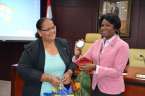 Saint-Martin / Sint Maarten : Presidents exchange gifts in historic meeting