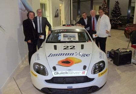 Champions Angleterre 2012 Aston Martin GT4 Challenge - De gauche à doite: Yuki Hayashi (Pdg Osato International), Dr Bez (Pdg Aston Martin), Olivier Bouche (Co-pilote), David Richards (Pdg Aston Martin Racing), Pierre Mantello (Pilote)