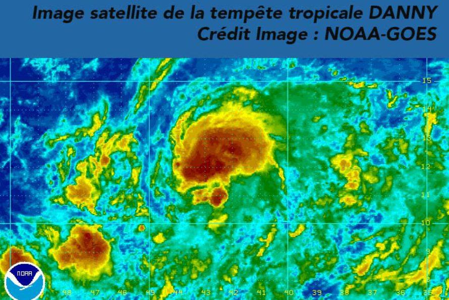 La tempête tropicale DANNY se situait à 23h locales à environ 2040 km à l'Est des Petites Antilles par 12.1 °N et 42.7 °W