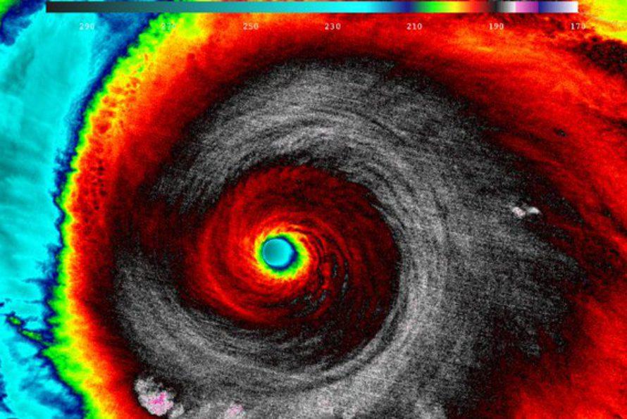 Mexique : l'ouragan géant Patricia faiblit en touchant la côte