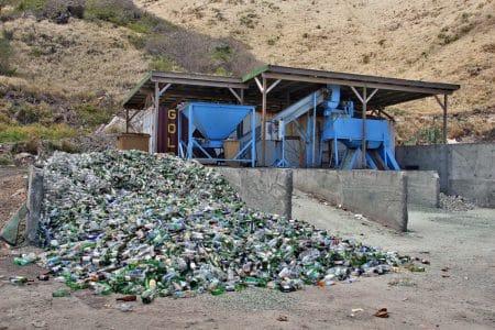 Après traitement des verres de bouteilles qui sont transformées en sable et en gravier, 95 % du poids du verre est récupéré.