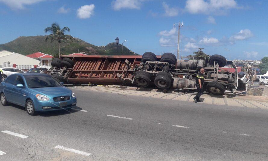 Sint Maarten : Un semi-remorque se retourne au rond-point de Kruythoff