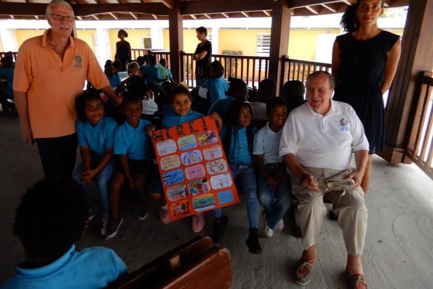 Remise d'un don de 10 colis de livres et de fournitures scolaires à l'école Omer Arrondell par le Rotary-club de Clayes-Souilly Roissy Charles-de-Gaulle