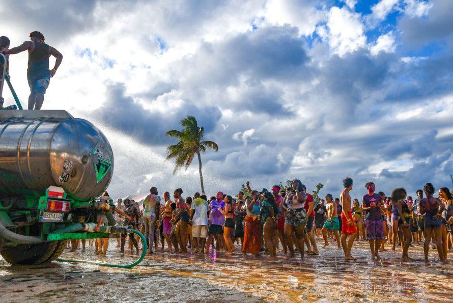La Holi (fête des couleurs) 2019 organisée par la Aism French St Martin sur la plage d'Happy Bay était juste… Magique !